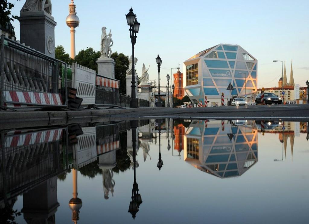 """Вид на """"Гумбольдт-бокс"""" со стороны моста. Высота объекта - 30 метров, полезная площадь - 3000 кв. метров, 5 этажей. С верхней видовой площадки можно наблюдать за происходящим в историческом центре города...."""