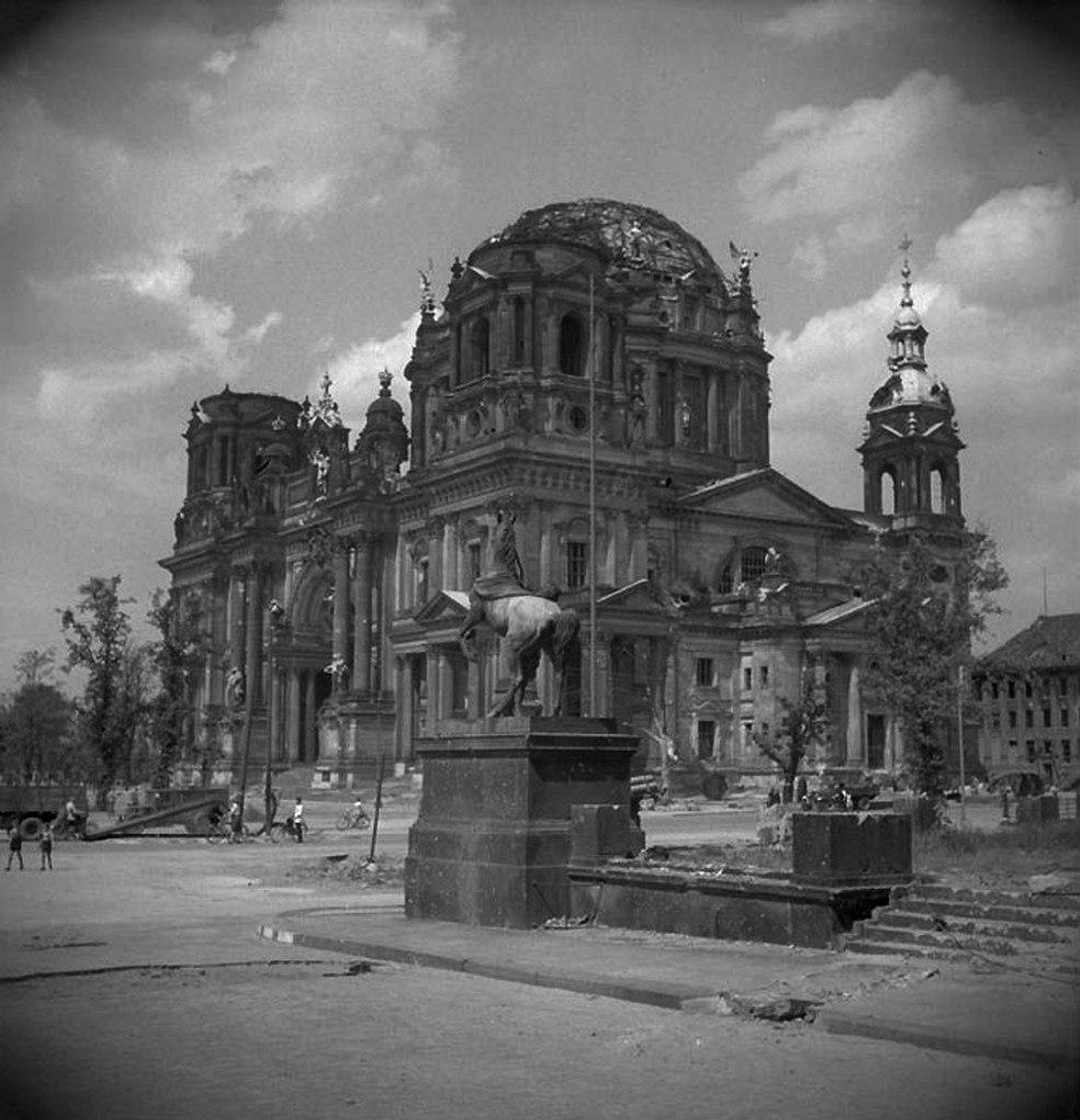 Берлинский Кафедральный собор и кони Клодта,  установленные у Королевского дворца.  Вид после бомбардировок города во Вторую Мировую войну.
