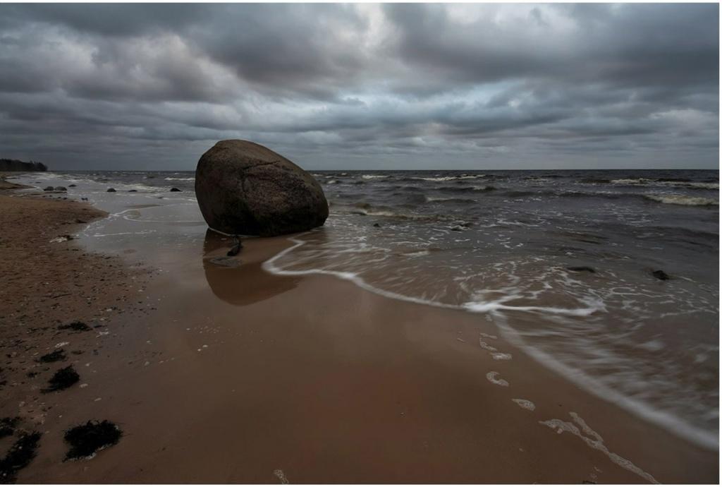 Янтарь связан с Морем неразрывно. Оно его выбрасывает  на берег после бури, доставая из своих глубин - непознанных, непостижимых, таинственных...