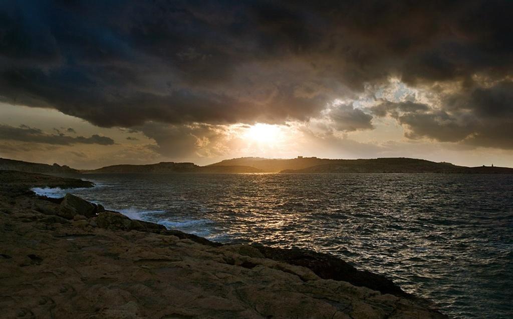 Ма́льта (на древнефиникийском «гавань», «убежище» — островное государство в Средиземном море. В 1530 году император Карл V предоставил Мальту духовно-рыцарскому ордену иоаннитов, получившему с тех пор название Мальтийского ордена.