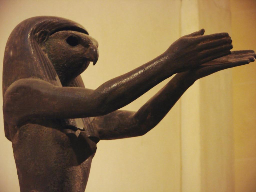 """Бог Гор изображался в виде человека с головой сокола, крылатого солнца. Как и его отец - Осирис, Бог Гор покровительствовал власти фараона. Фараоны являлись """"служителями Гора"""", преемниками его власти над Египтом."""