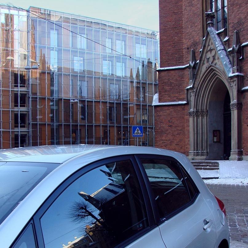 Современное остекленное здание в центре Старой Риги  и неоготическая церковь св. Гертруды XIX века. Каковы их взаимоотношения? Они друг друга отрицают? Фото Марины Бреслав