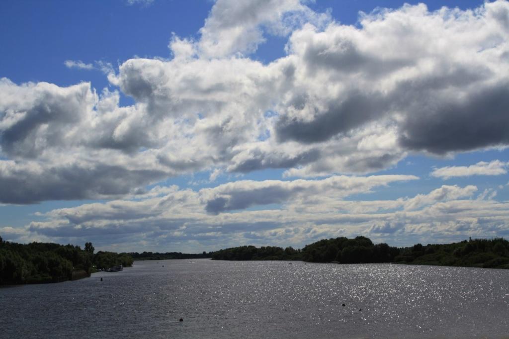 Вид на Волхов с автомобильного моста, по которому мы едем на правую сторону реки, где находится Спас на Нередице...