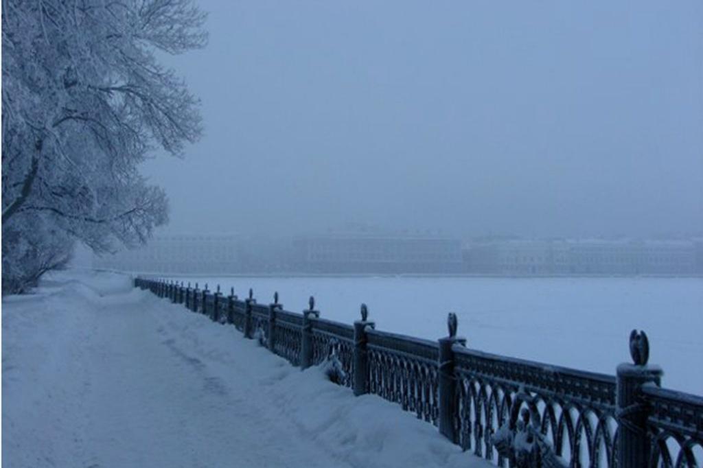 В перспективе - едва видимая Дворцовая набережная.