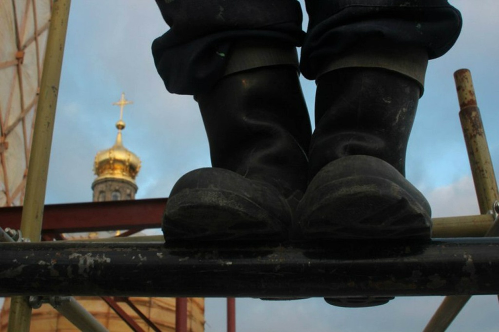 Каждое утро группа исполнителей реставрационных работ поднимается на Колокольню. Очень было бы интересно, если бы они уточнили график и условия работ.