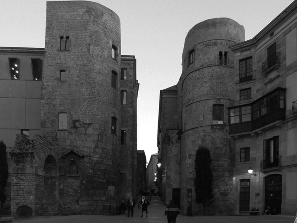 """""""Врата Ангела"""" - в Средневековье главные ворота Барселоны. За их пределами, в лачугах и хижинах жили нищие и калеки, глухонемые и незрячие, что просили милостыню у горожан, входя через эти ворота, называвшиеся """"Воротами слепых"""""""