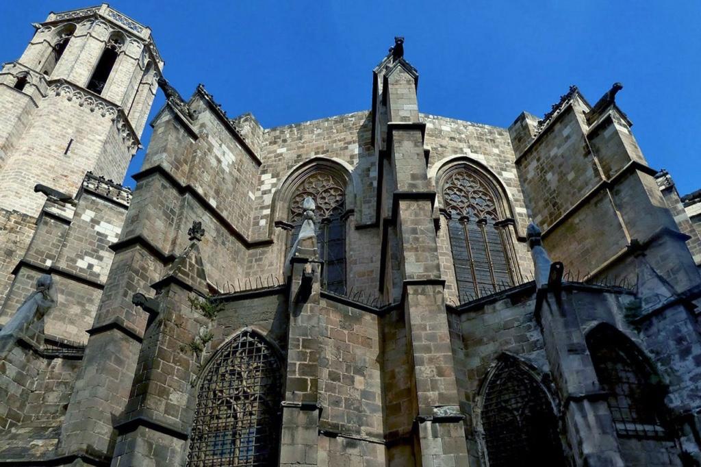 Романский Кафедральный собор в Барселоне на месте старой базилики, разрушенной, скорее всего, Аль-Мансуром, заложил Рамон Беренгер I вместе с третьей женой Альмодис де Ла Марш. Граф и его супруга немало времени уделяли облику своей столицы.