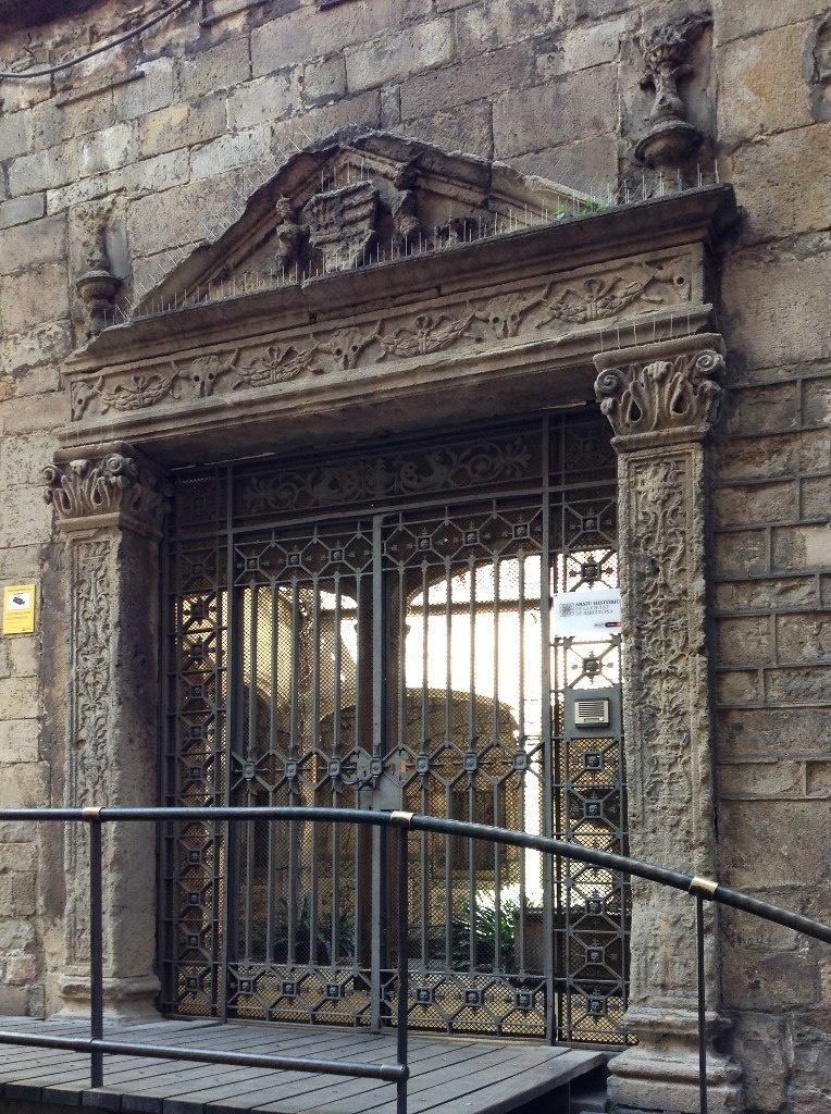 Кафедральный собор в Барселоне. Порта де Сант Иу, на Каррер делс Компес. Очень красивый боковой портал ренессансный. Мы сейчас в него войдем и попадем во внутренний двор соборного комплекса, полный покоя, если не видеть и не слышать туристов...