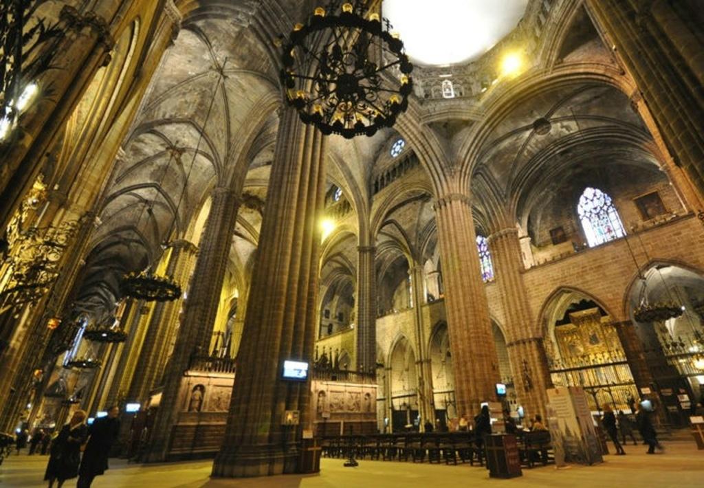 Кафедральный собор в Барселоне. Три продольных нефа. Восьмигранный шпиль на просветном барабане во втором от входа, да - во втором, пролете центрального нефа.