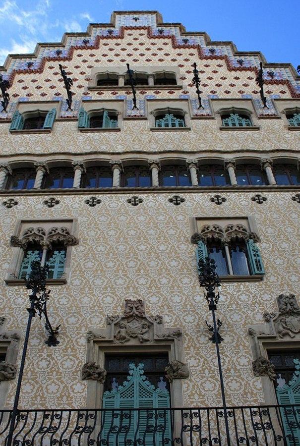 Дом Амалье. Возведен в 1875 году. В 1898 куплен испанским кондитером Антонио Амалье. В 1900 реконструирован архитектором Пуч-и-Кадафалька. В 1976 году, согласно королевскому указу, получил статус памятника национального значения.