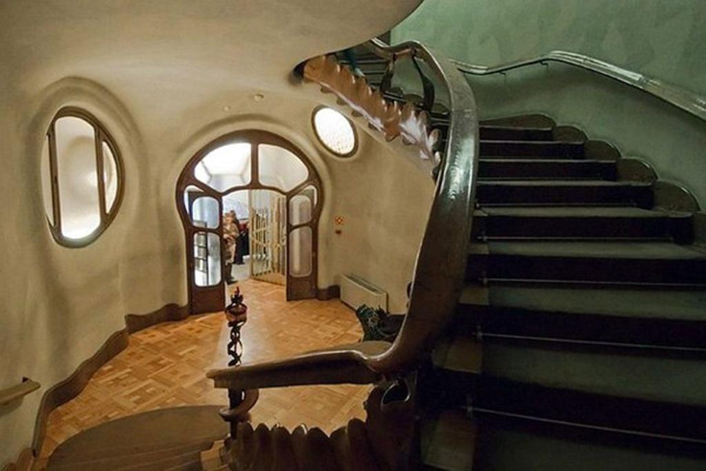 Барселона. Каса Бальо. Антонио Гауди. 1906. Вестибюль, ведущий на уровень бельэтажа, где расположены парадные помещения для пребывания хозяев дома.