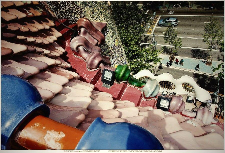 Барселона. Каса Бальо. Антонио Гауди. 1906. Вид на бульвар с хребта дракона (самой высокой точки дома). Мы там стояли и смотрели на дом, еще ничего не понимая, а значит, и не в силах оценить видимое...