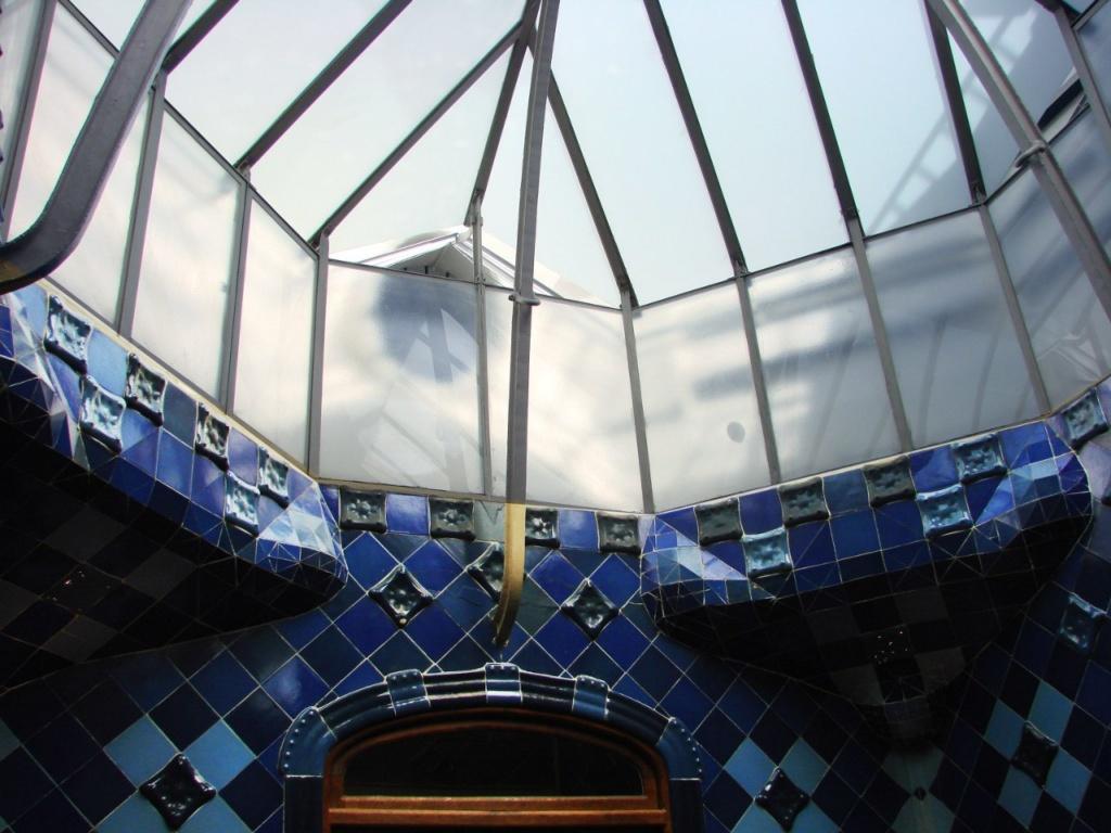 Барселона. Каса Бальо. Антонио Гауди. 1906. Вид на полупрозрачный фонарь из внутреннего двора. Ниже - фрагмент дворовой стены, облицованной керамической плиткой кобальтово-синего цвета.