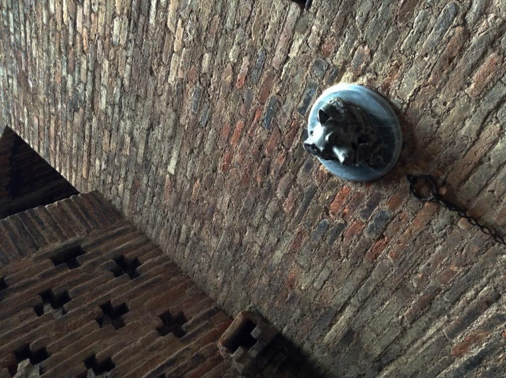 Дворец Гуэля. Подвальный (цокольный) этаж с бывшими конюшнями. Декоративно- функциональная деталь подвала настенные маскароны в форме голов животных с кольцами для привязи лошадей и собак.