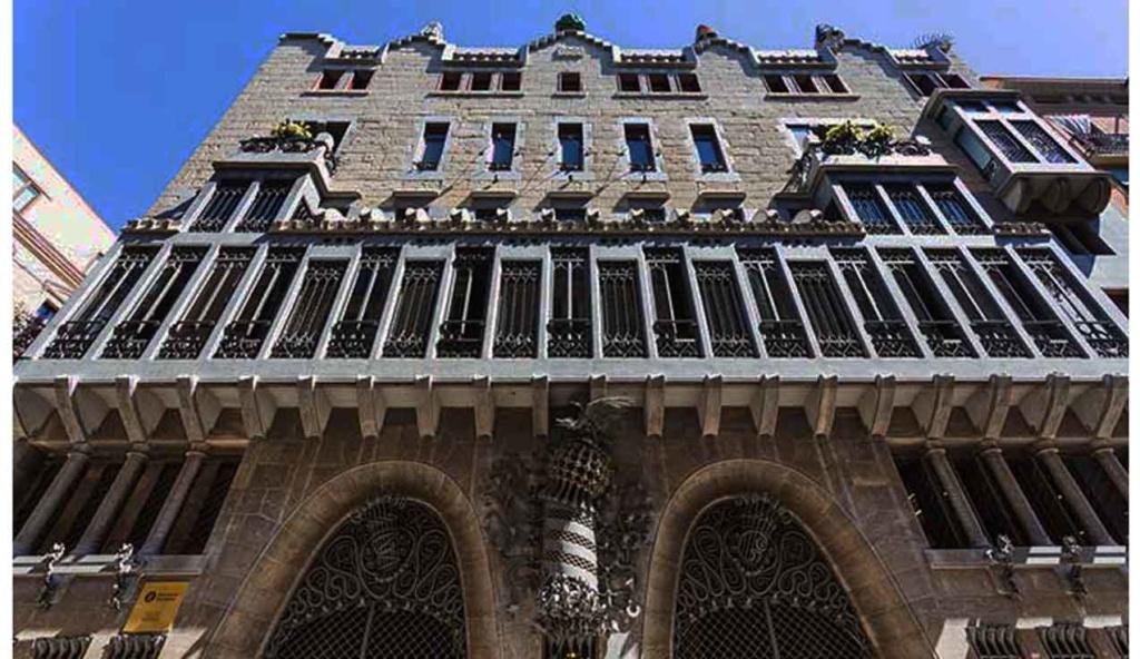 Барселона. Калье Ноу де ла Рамбла. Дворец Гуэля. Архитектор Антонио Гауди. 1885—1890 годы (Гауди 33 года).