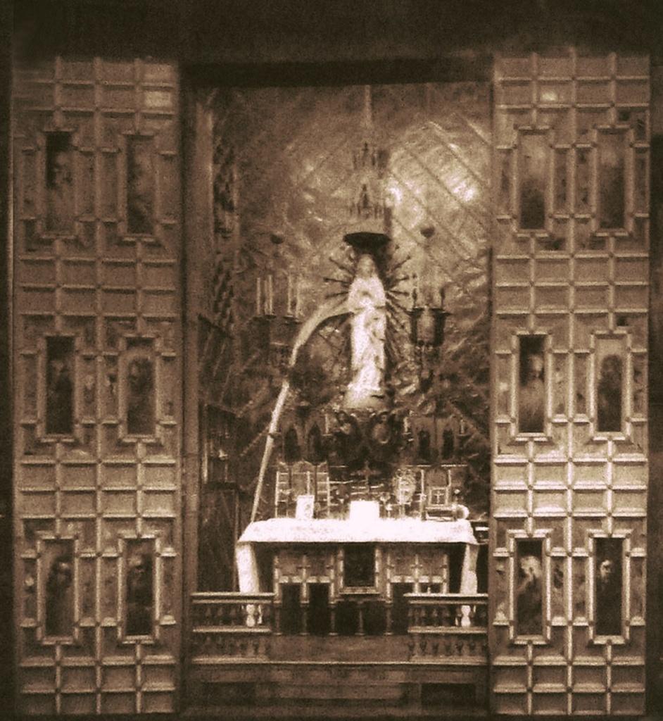Дворец Гуэля. Бельэтаж. Центральный салон. Домашняя капелла в нише-шкафу с алтарем, посвященным Деве Марии. Фотография того времени, когда Дворец еще принадлежал семье Гуэлей.