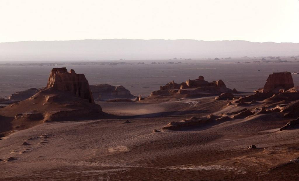 Действие романа разворачивается на окраинах Австро-Венгерской империи. Однако создатели фильма избрали в качестве места для съемок значительно более дальнюю точку — крепость Арг-е-Бам на юго-востоке Ирана.