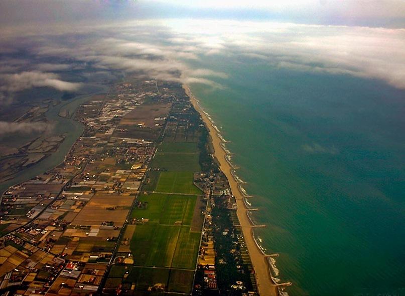 Италия. Венеция. Лидо — цепь песчаных островов, отделяющих Венецианскую лагуну от Адриатики. Главный остров архипелага (Лидо) находится всего в 20 минутах езды от города, славится пляжами.