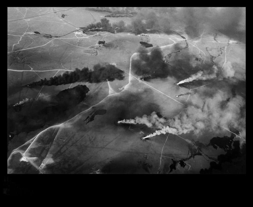 Кувейт. Нефтяные поля в северной части города-государства. Любая война есть война. В этой видятся мне две особенности...