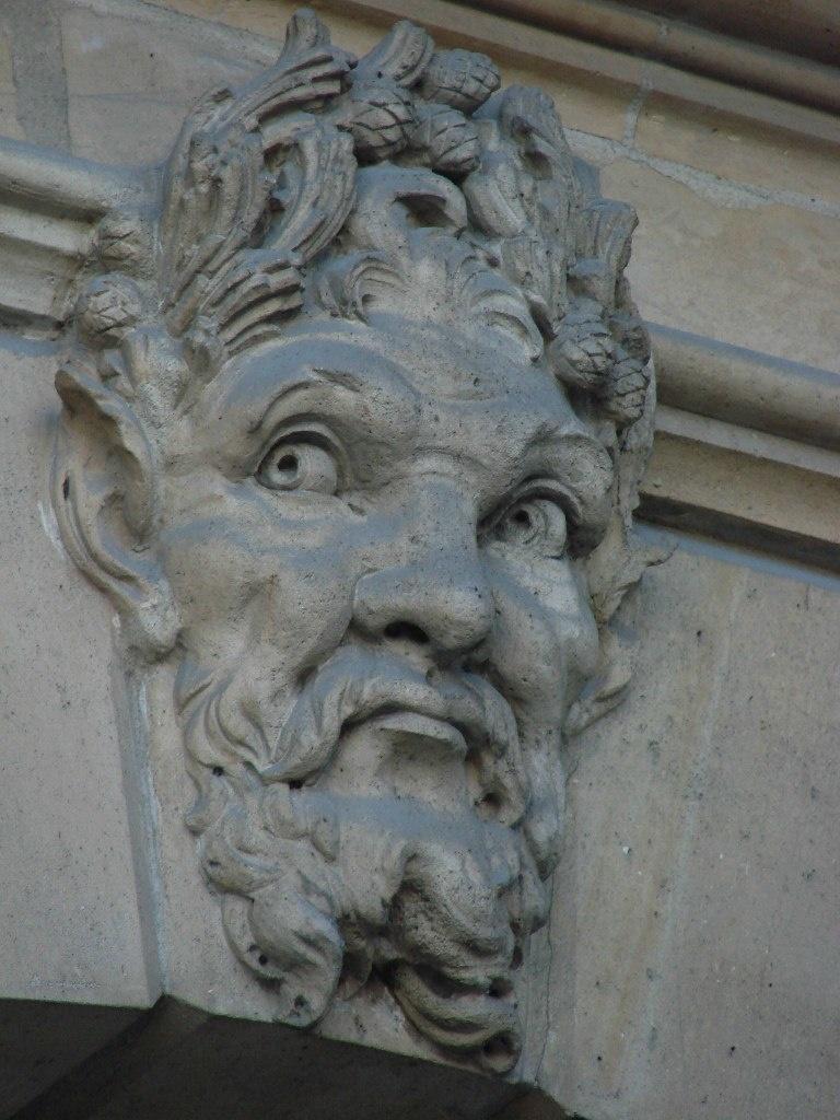 Замковые камни в арочных окнах, украшенные масками. Что за дом? Пока не сообщу о том..