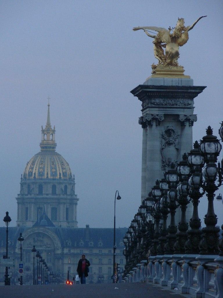 В перспективе - Дом инвалидов, строительство которого было начато при Людовику XIV в 1670 году, закончено в 1706, когда Жюль Ардуэн Мансар завершил знаменитый купол - символ Парижа.