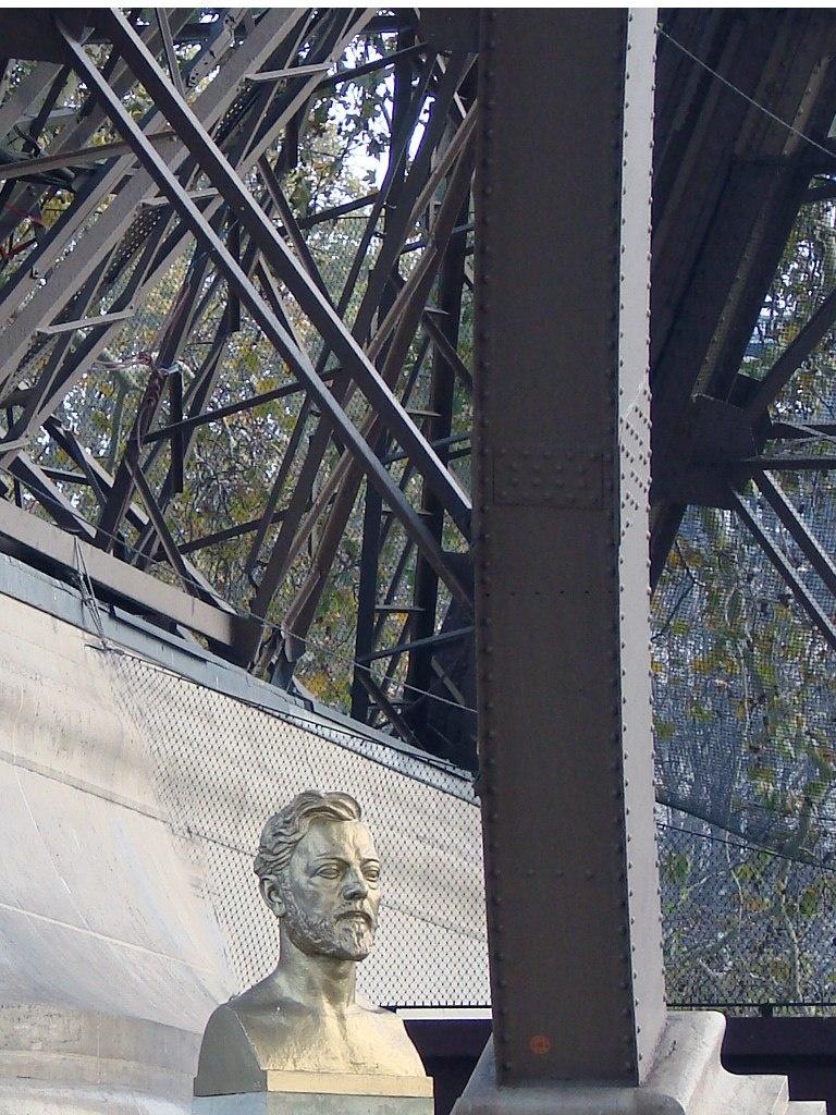 Памятник Гюста́ву Эйфе́лю в основании Эйфелевой башни.