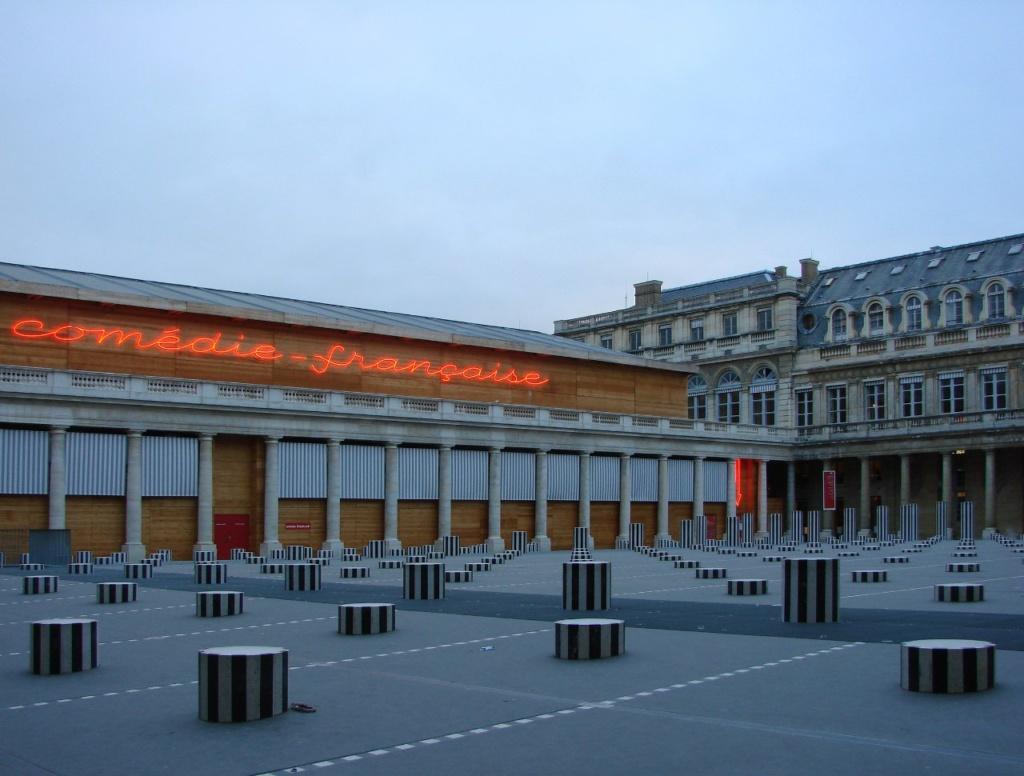 Пале-Рояльl («Королевский дворец») — площадь, дворец и парк, расположенные в Париже напротив северного крыла Лувра. Слева, обратите внимание, здание Комеди Франсез.