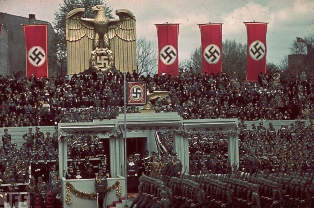 Военный марш в честь 50-я Адольфа Гитлера, Берлин, 1939. Фотография: Hugo Jaeger