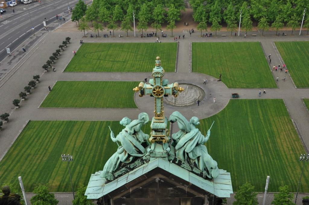 """Перед главным фасадом Собора лежит Люстгартен - """"Парк Утех"""". Современный облик парк обрёл в 1999 году, приблизившись к тому виду, каким его задумывал Карл Шинкель: разделенные осями лужайки, в центре осей - фонтан."""