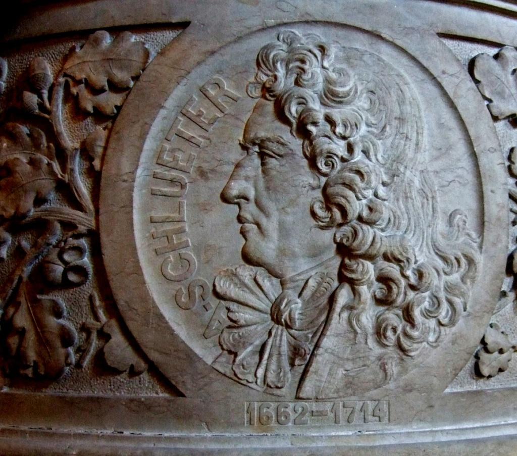 Профиль Андреаса Шлютера, выгравированный на медальоне у входа в городской зал Гамбурга