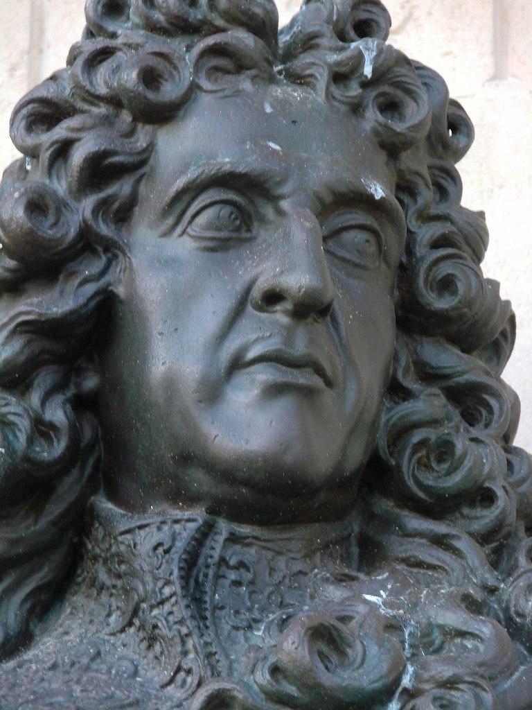 Андре Ленотр (1613 — 1700) - французский ландшафтный архитектор, явивший миру красоту Глубинных осей, Бюст Лентора на высокой стелле установлен в саду Тюильри.