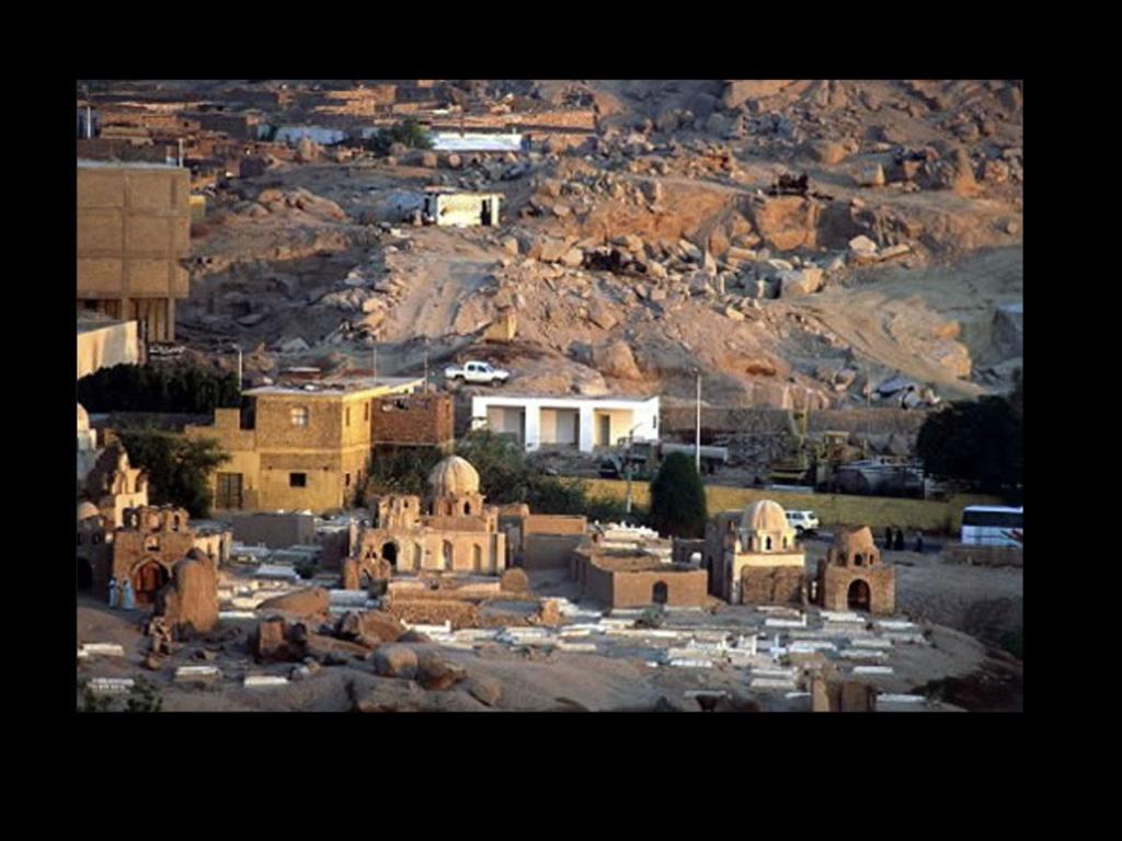Средний Египет. Город Эль-Файюм, расположенный в одноимённом оазисе и окружённый со всех сторон Ливийской пустыней. Население на 2005 год составляло 306 393 жителей.