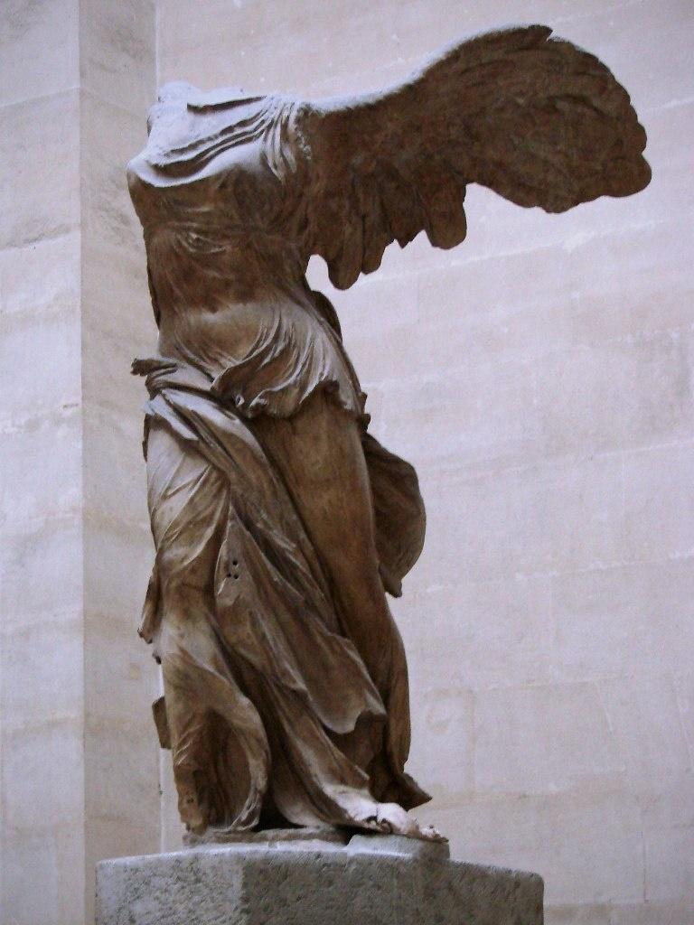 Ника Самофракийская. Самофракия. Ок. 190 г. до н.э. Статуя сделана из парийского мрамора, корабль — из серого лартийского мрамора (Родос). Кто автор Ники, убравший все лишнее из глыбы камня, неизвестно.
