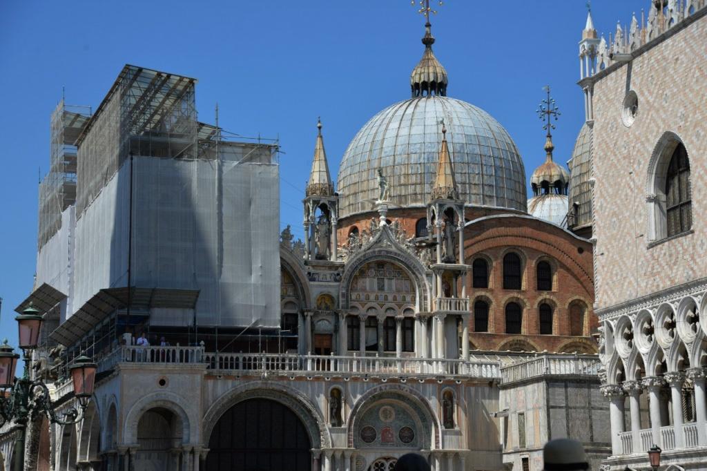 По фрагменту можно убедиться: собор Сан-Марко представляет собой великолепный образец западноевропейской византийской архитектуры и украшен изумительной византийской мозаикой.
