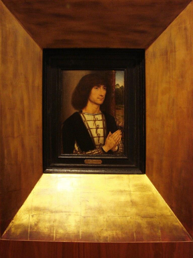 """Ханс Мемлинг ( 1433 — 11 августа 1494). """"Портрет молящегося молодого человека"""" в золотой пирамидальной раме. Размещен с обратной стороны """"Вазы с цветами"""". Там - начало нового., и здесь - нового начало."""