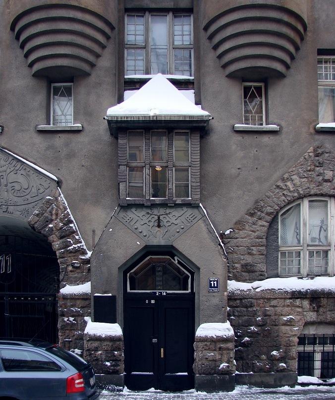 Рига, Доходные дома. Улица Альберта, дом 11. Арх. Эжен Лаубе. В общем плане - Северный модерн, по-лифляндски стиль называют Национальной романтикой. Парадный вход в дом - с улицы. Фото Марины Бреслав