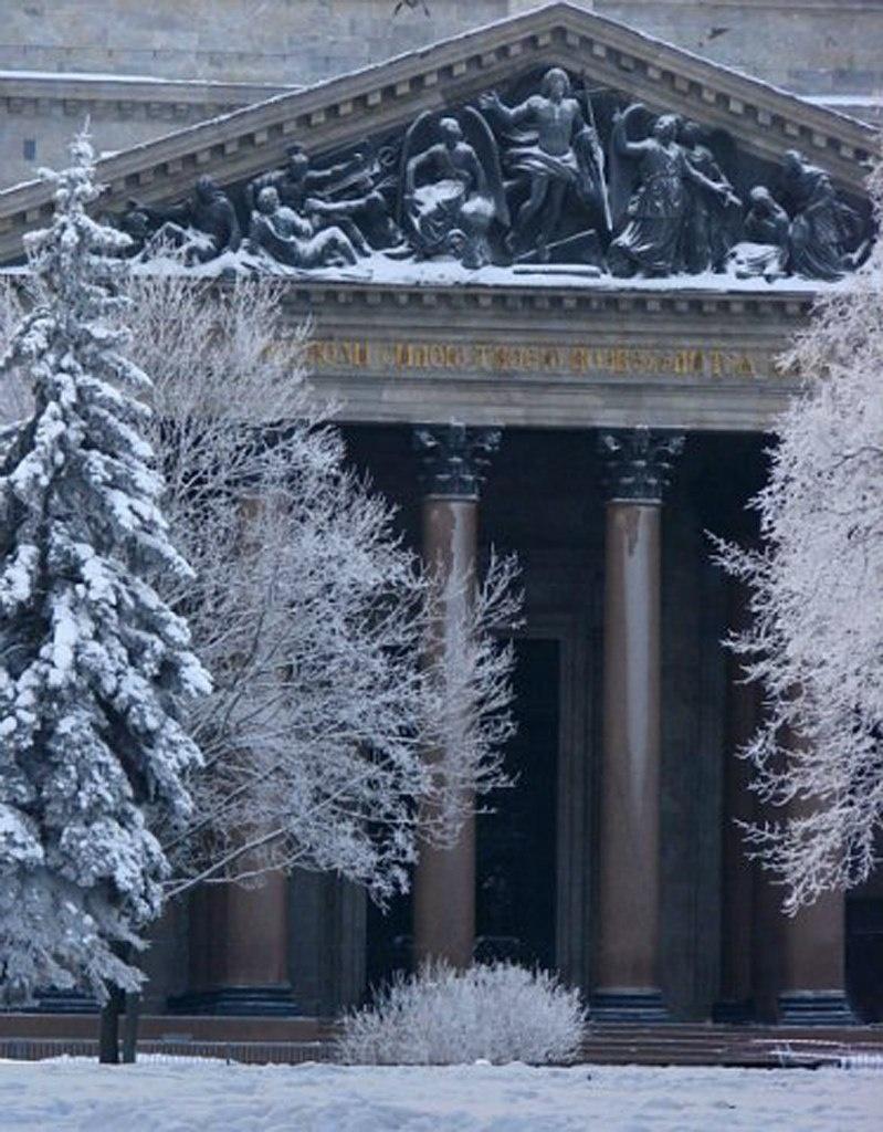 """Исаакиевский собор. Арх. О. Монферран. 1818-1858. Северный портик с горельефом """"Воскресение Христа""""."""