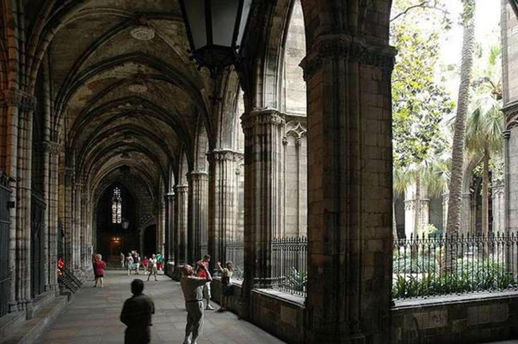 Клуатр в Кафедральном соборе Барселоны. Типичная для романской и готической архитектуры обходная галерея с крестово-сводчатым покрытием. Она обрамляет прямоугольный внутренний двор собора, отделенный от него аркадой с высокой решеткой. Это - КЛУАТР...