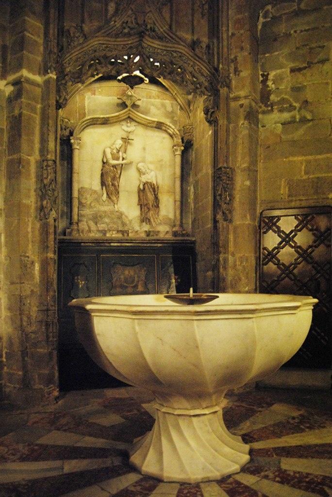 Справа от главного входа в Кафедральный собор Барселоны находится Капелла Баптистерия с мраморными крестильными купелями, выполненными в 15 веке.