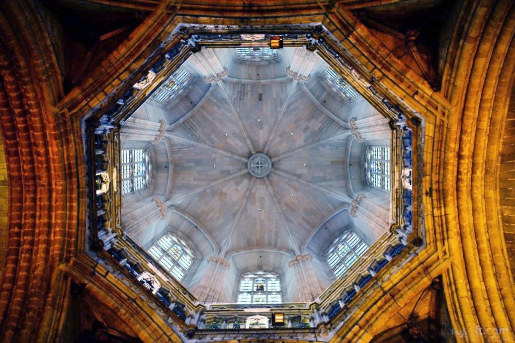 Кафедральный собор в Барселоне. Горизонтальная проекция восьмигранного шпиля, спрятанного за нервюрно-сводчатым куполом, опирающемся на высокий барабан с восемью витражами.