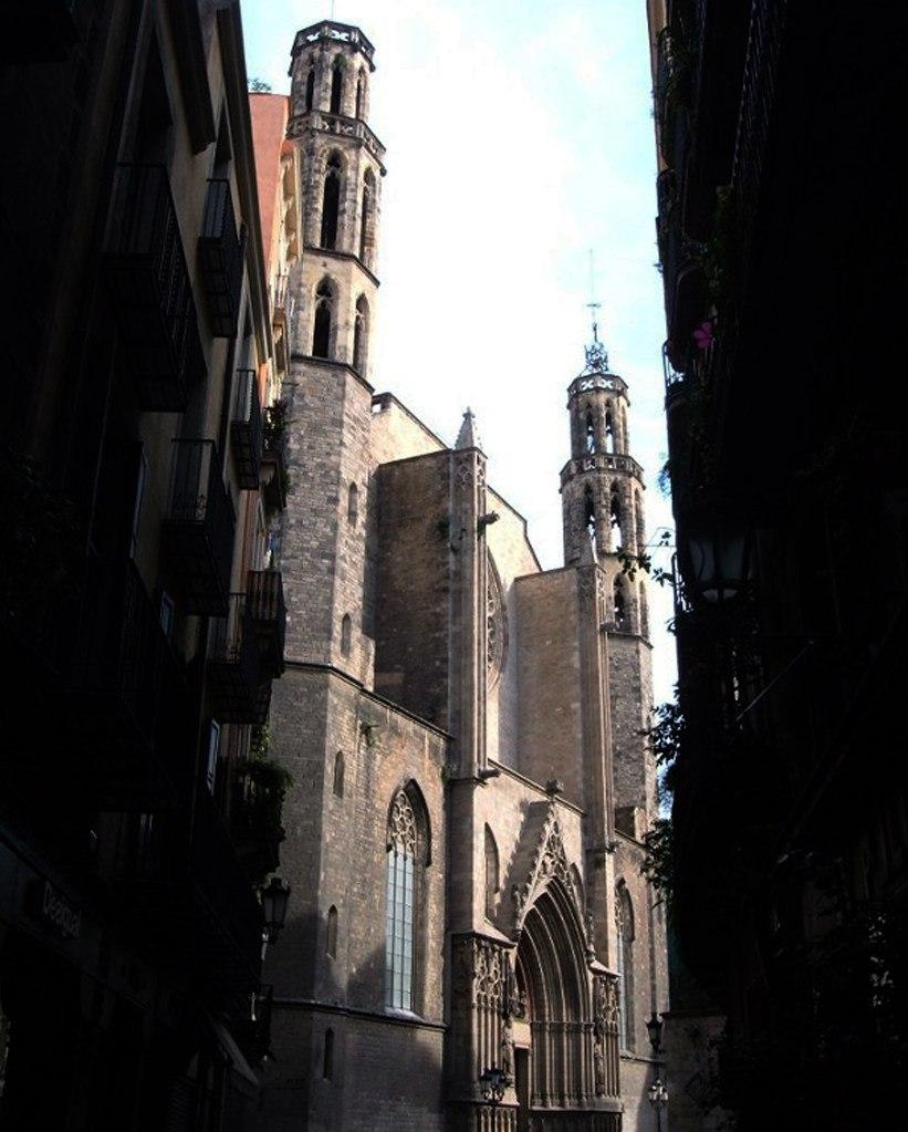 Готический квартал Барселоны. Исторический квартал Ла-Рибера. В прорыве тесной улочки - цель нашего путешествия: церковь Санта-Мария-дель-Мар (церковь Святой Марии на море) .