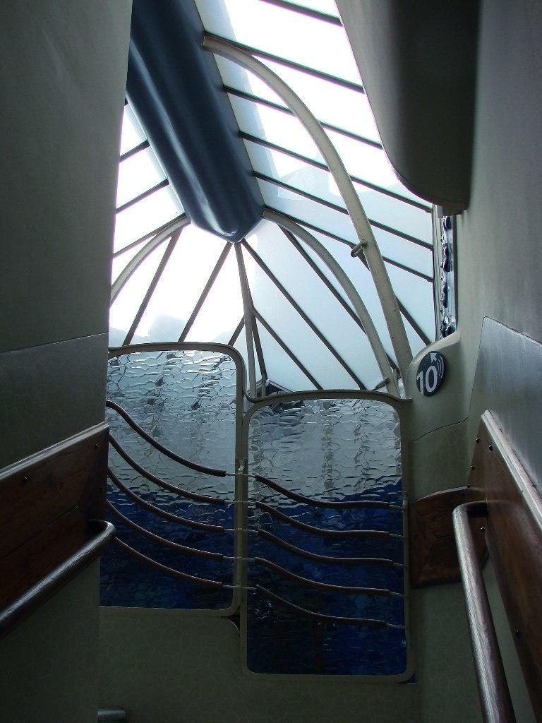Барселона. Каса Бальо. Антонио Гауди. 1906. Верхняя площадка лестницы для обхода внутреннего двора. Ограждения лестницы выполнены из рифленого стекла. Благодаря этому, поверхность стен двора кажется струящейся.