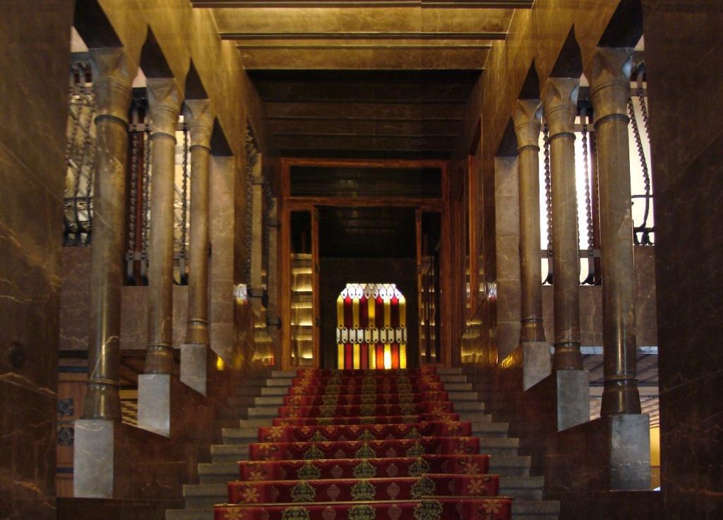 Дворец Гуэля. Вестибюльная группа Дворца. Вид на Парадную лестницу, подчиненную центрально-осевой симметрии...
