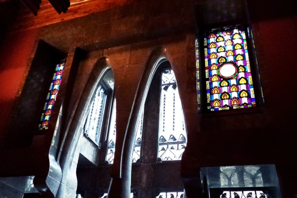 Барселона. Дворец Гуэля. Архитектор Гауди. 1885—1890 годы. Бельэтаж. Прихожая с декоративной стеной из двух параболических арок серого мрамора и витражных вставок. Геометрия стены-завесы скоординирована с геометрией эркера на главном фасаде.