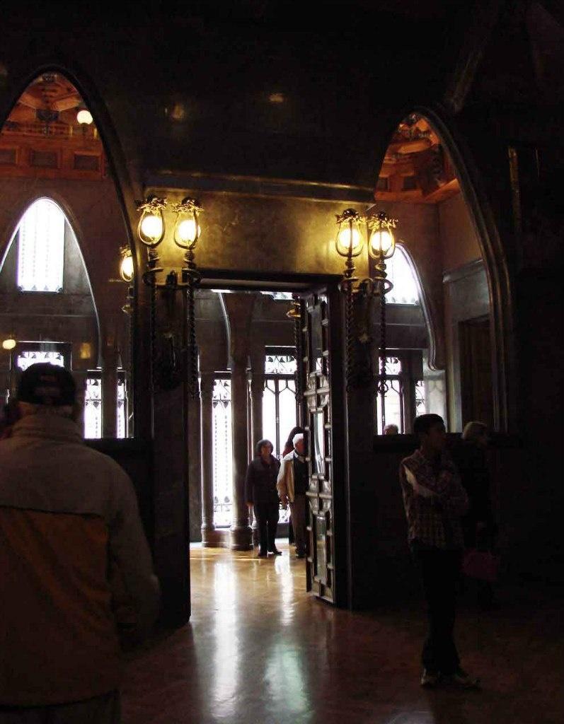 Дворец Гуэля. Бельэтаж. Центральный салон. Главный вход из Зала ожидания. Фотография, как и все последующие, нынешнего времени - после тщательной реставрации и музеефикации Дворца.