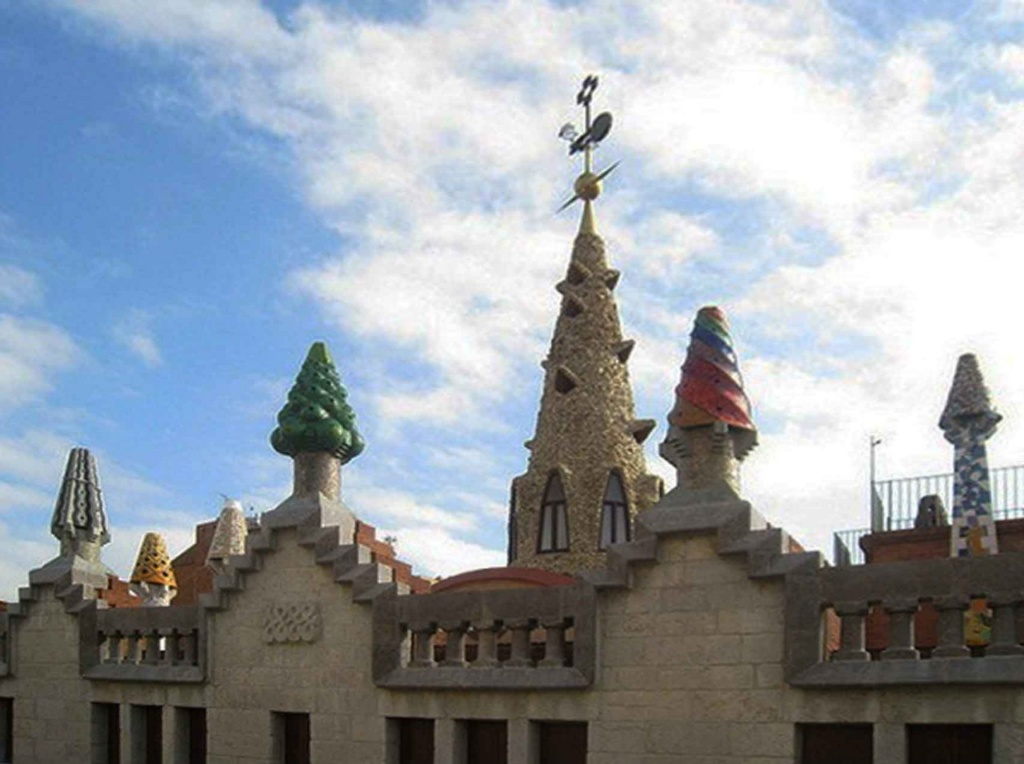 Три из четырех конусообразных фигур, отбивающих башенный ритм на уличном фасаде. За ними - конусообразный шпиль с флюгером и громоотводом. Шпиль воздвигнут над куполом Центрального зала, защищает от дождя и наполняет светом его звездчатые отверстия..