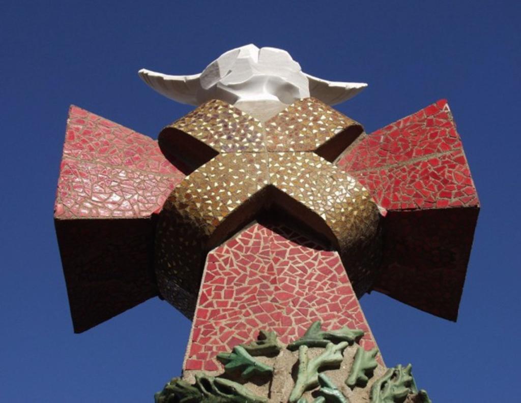 Крест с голубем - Святым духом.