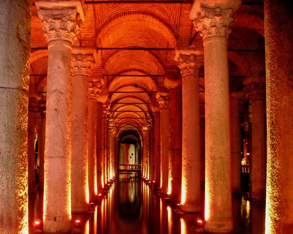 «Цистерна базилики» - «водохранилище храма Святой Софии». Строительство начато в правление императора Константина I (306—337 гг..), закончено в 532 году при императоре Юстиниане
