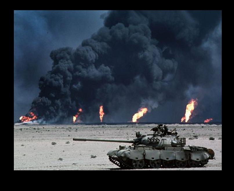 Кувейт. Нефтяные поля в северной части города-государства с шестьюстами горящими скважинами. В горении этом выявилась третья особенность нефтяной войны в пустыне...