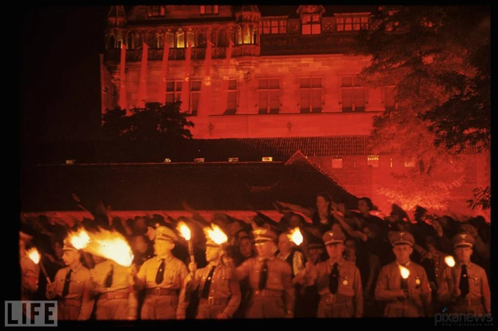 Берлин. Парад факелов.То - мистическое единение с огнем, все очищающим, все освещающим, дарящим Власть.